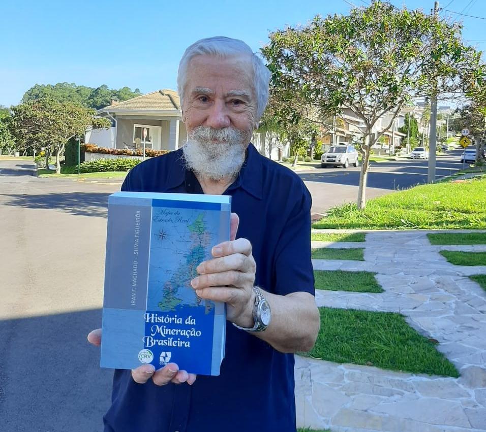 """Exemplar do livro """"História da Mineração"""" é doado a ABPM"""